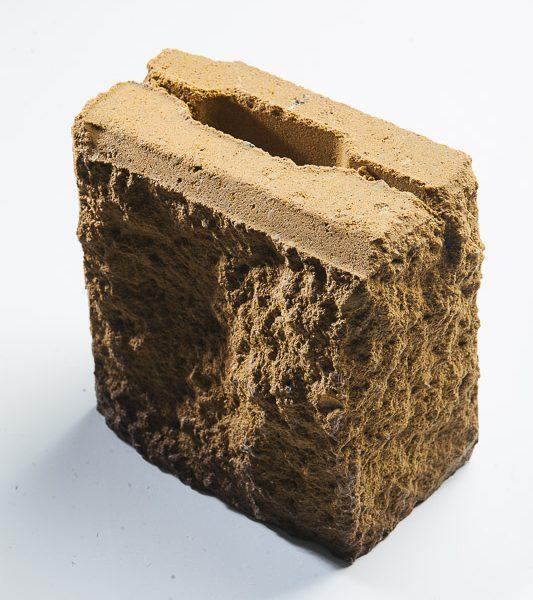Половина камня бетонного облицовочного с обнажённой фактурой